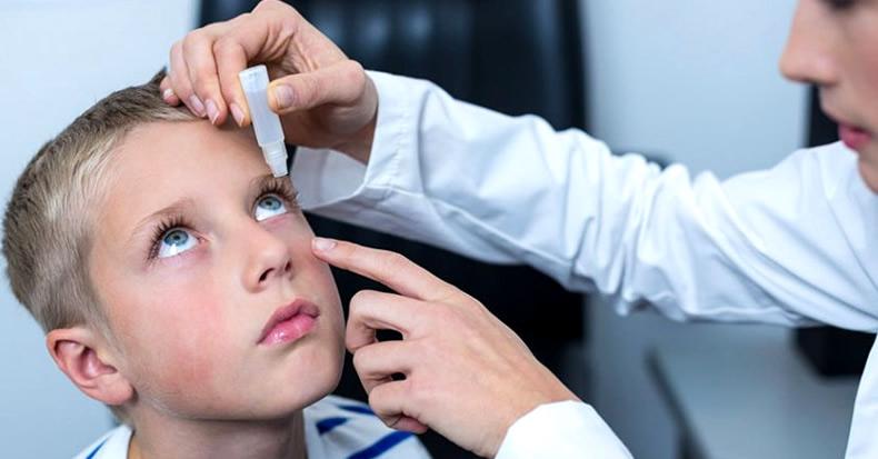 Как правильно закапывать капли в глаза