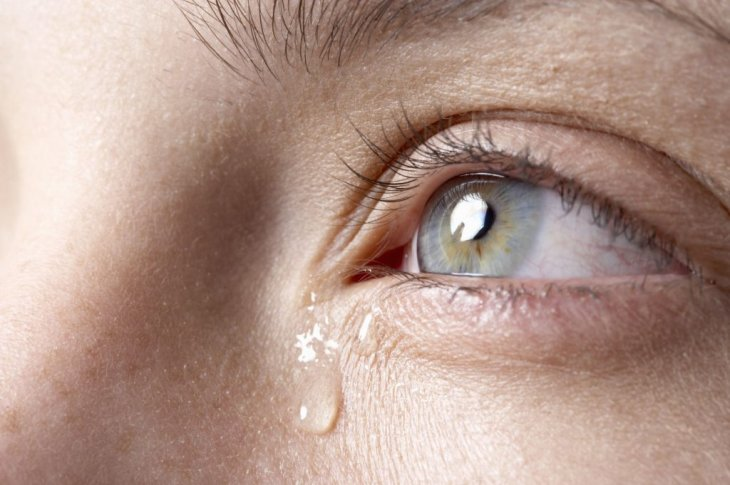 Текут слезы из одного глаза нет отека thumbnail